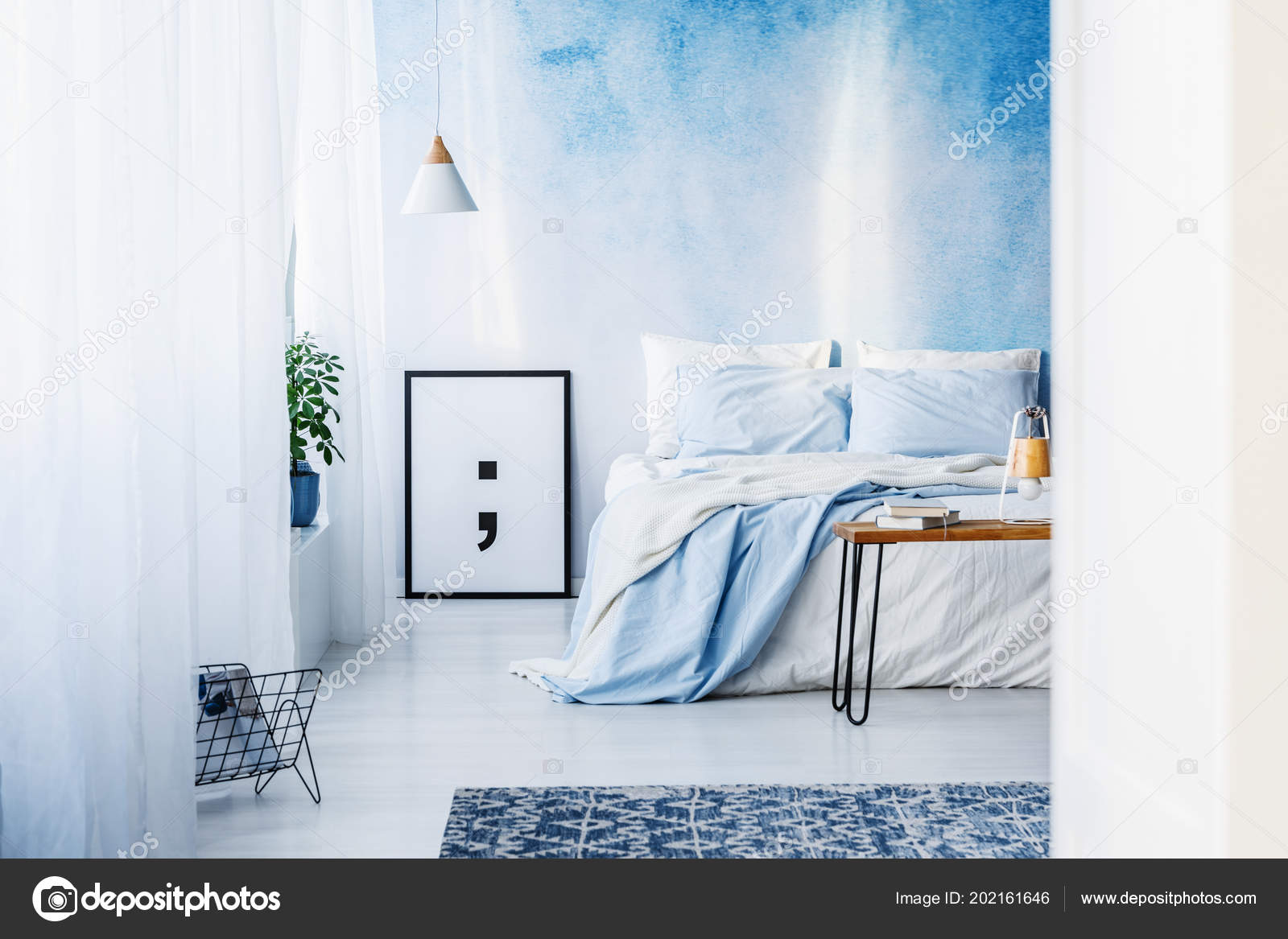 Gemusterten Teppich Und Poster Innen Blaue Schlafzimmer Mit ...