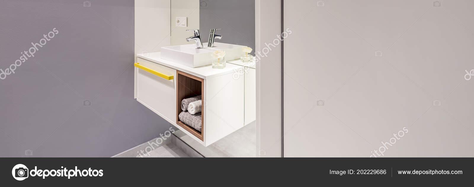Zijaanzicht Van Moderne Wasbak Met Een Kast Handdoeken Naast