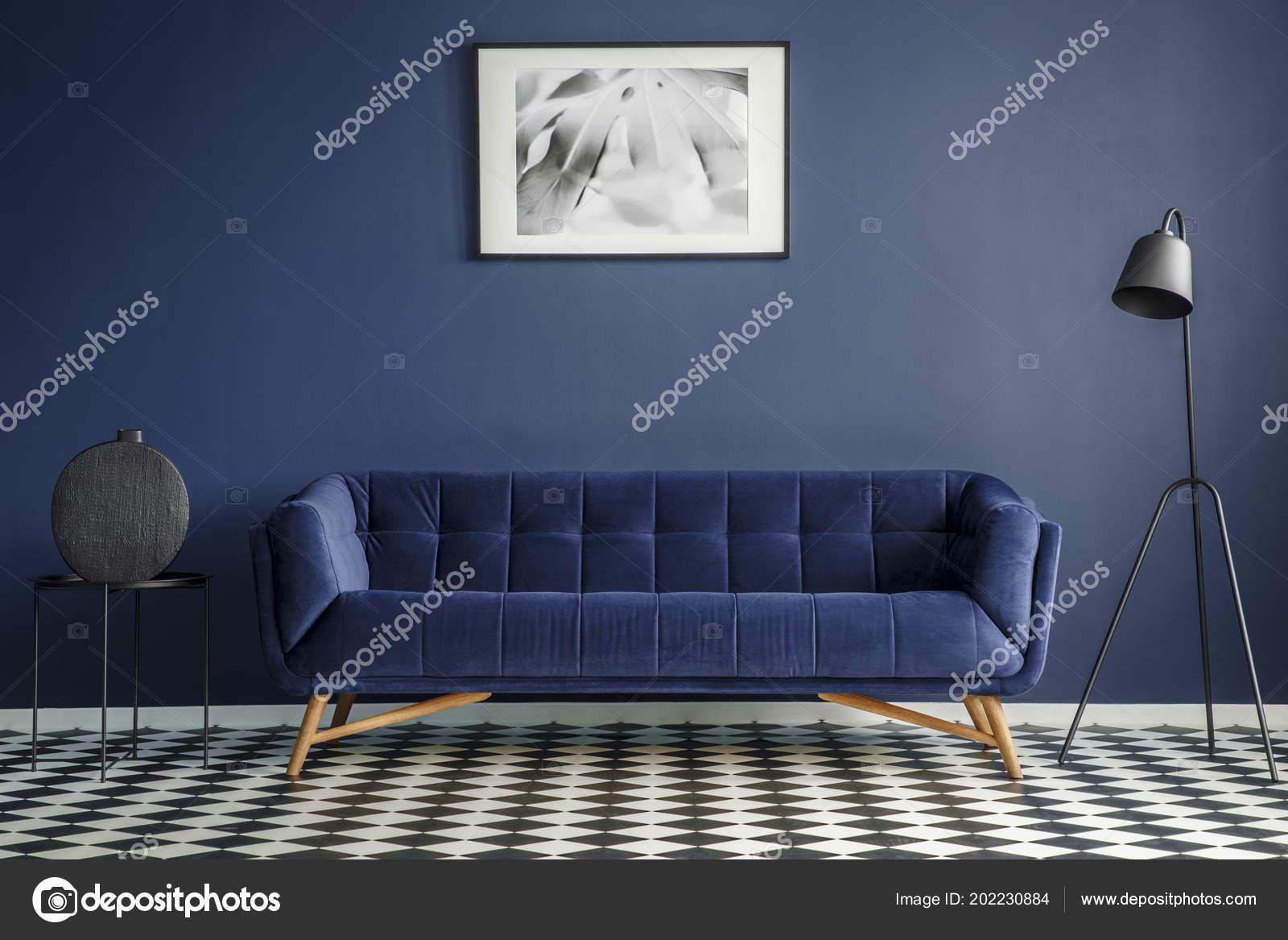 29ae6bc619 Εσωτερικό Ναυτικό Μπλε Δωμάτιο Άνετο Καναπέ Βελούδου Στη Μέση Μαύρο– εικόνα  αρχείου