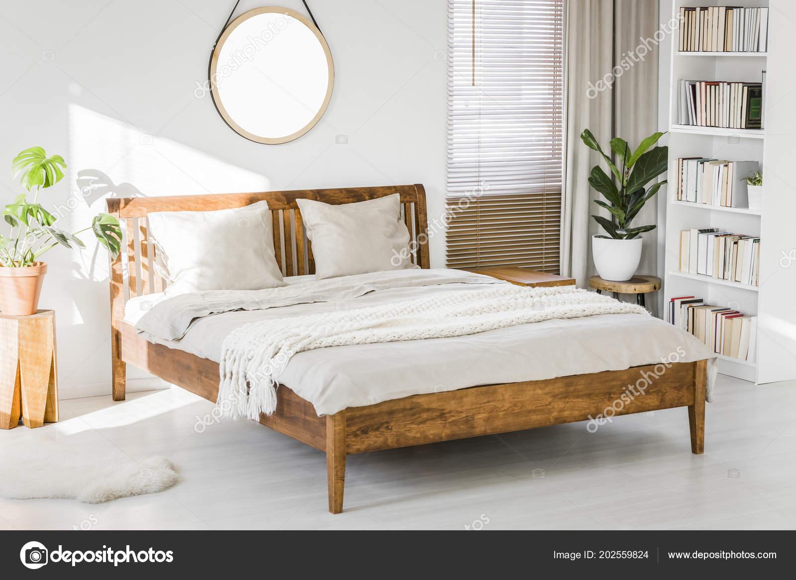 Intérieur Blanc Chambre Coucher Avec Lit King Size Bois Des ...