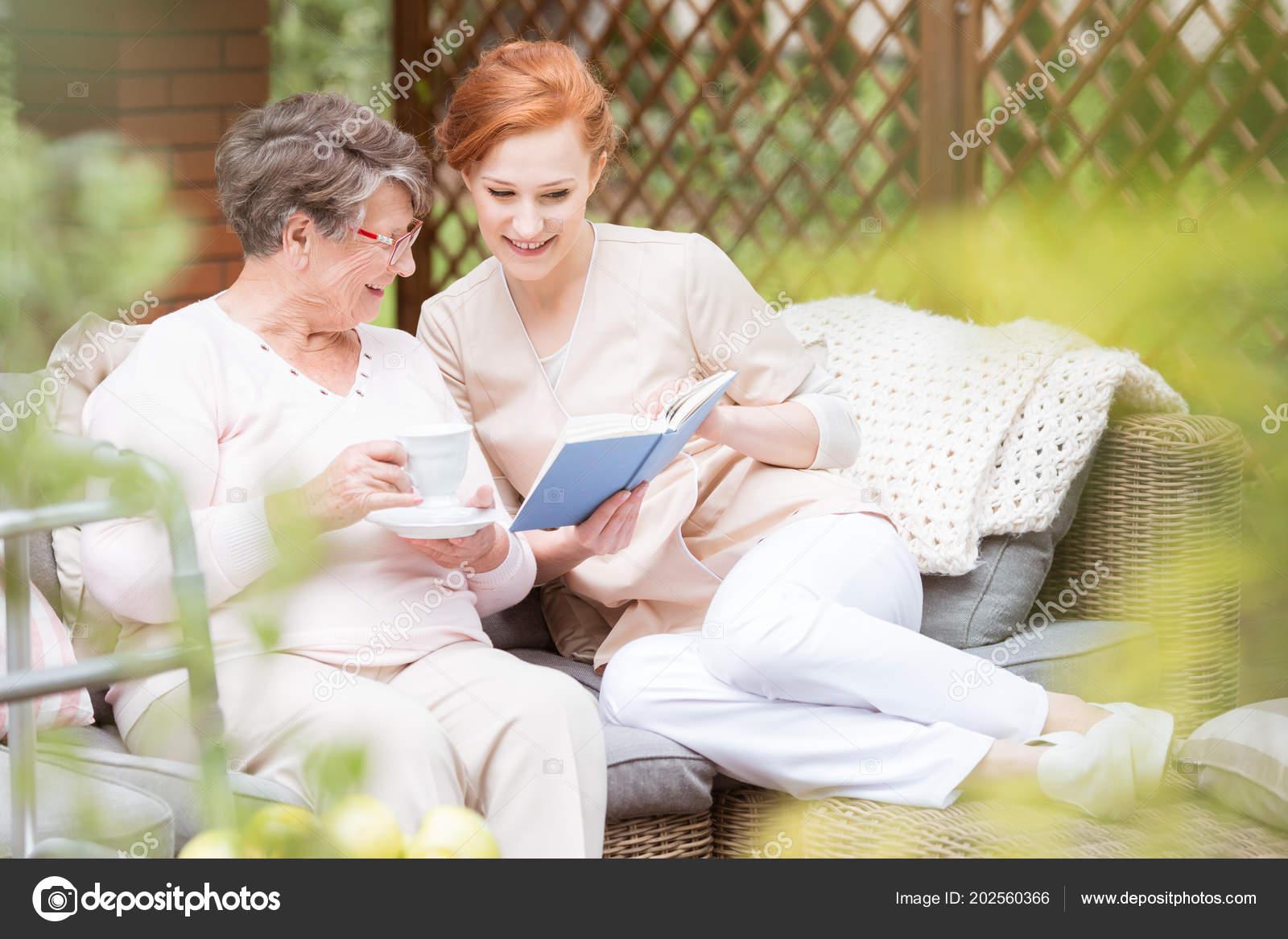 Медсестры дома престарелых болезнь альцгеймера уход за лежачими больными