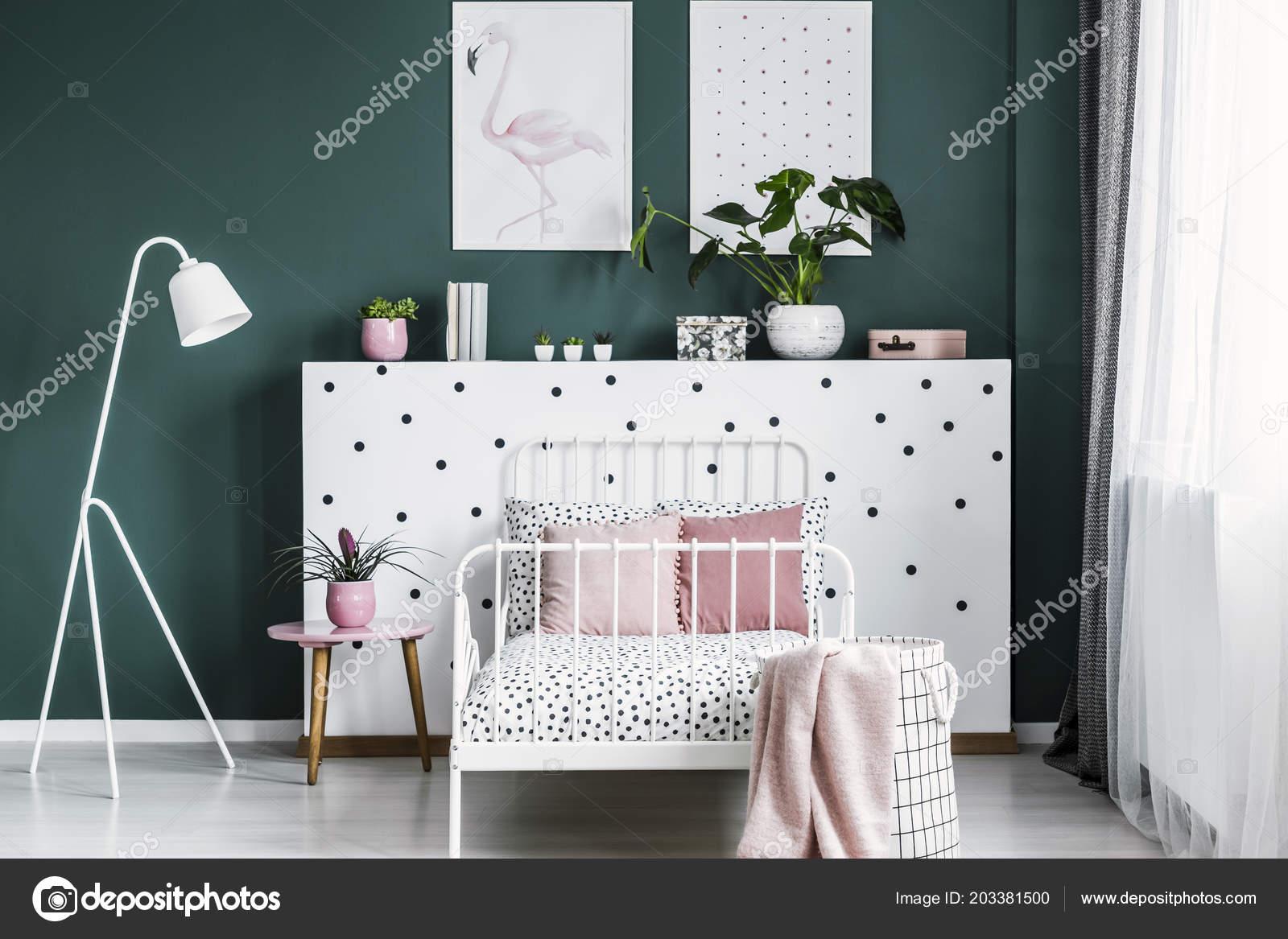 Nachtkastje Kinderkamer Afbeeldingen : Vrouwelijke slaapkamer interieur met een bed nachtkastje lamp