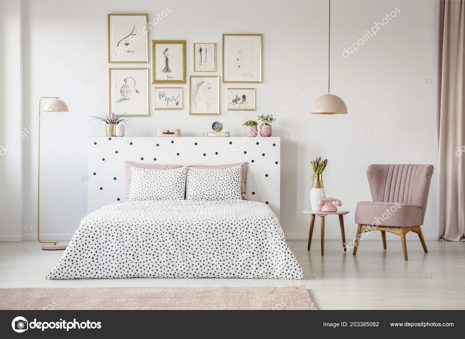 Camera Da Letto Al Femminile : Poltrona rosa accanto letto con motivi interiore femminile camera