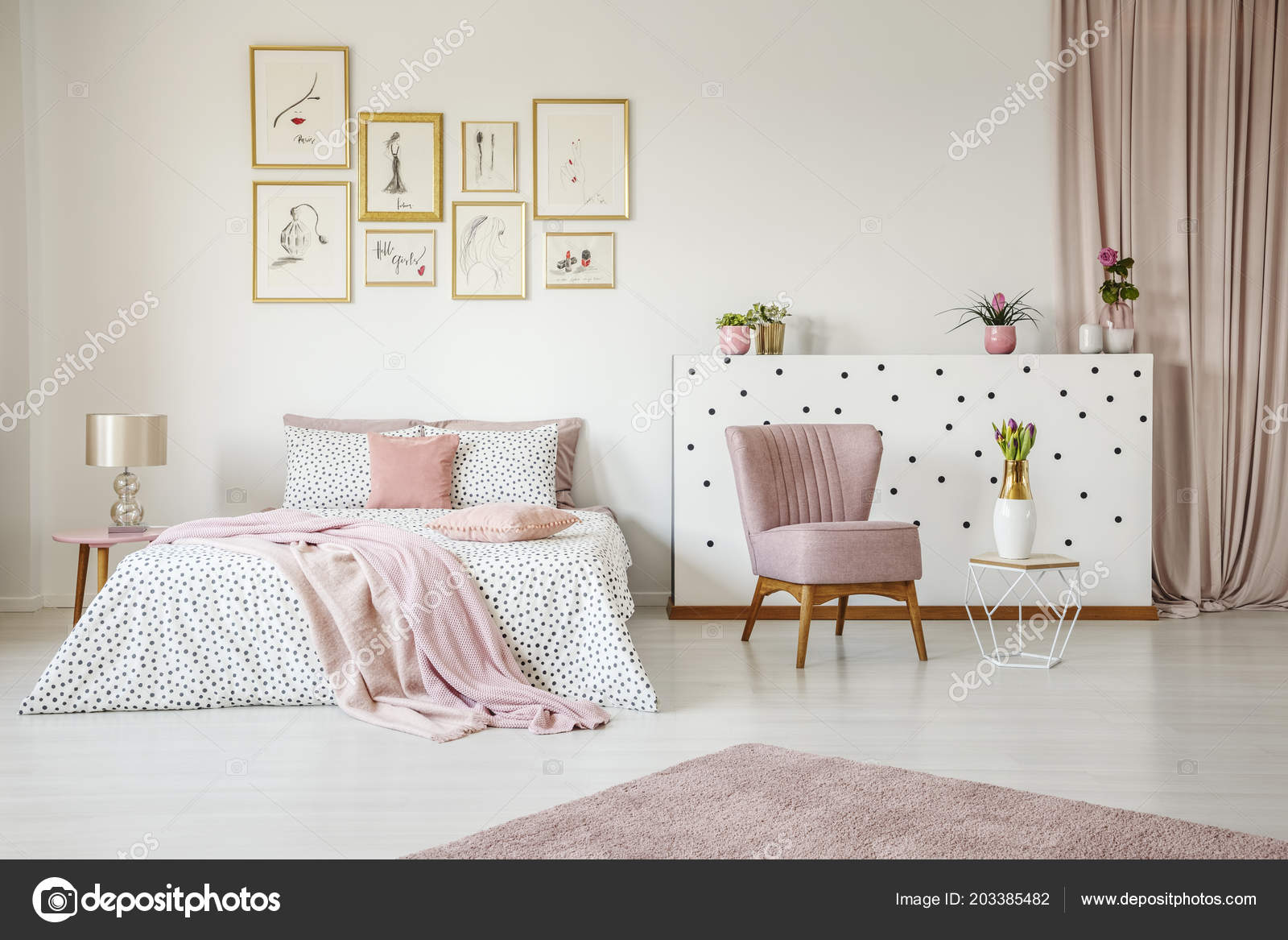 Camera Letto Rosa : Poltrona rosa all interno della spaziosa camera letto con coperta