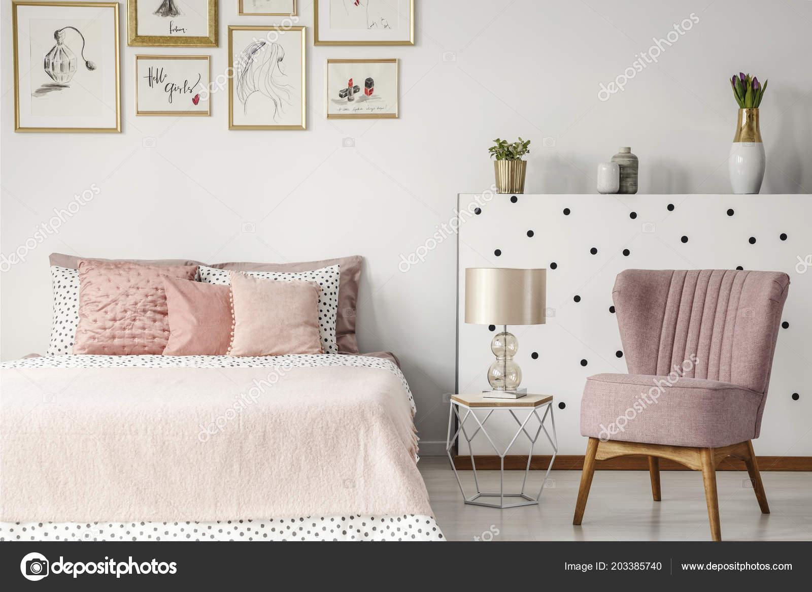 Slaapkamer Lamp Roze : Roze leunstoel naast tabel met lamp bed pastel slaapkamer interieur