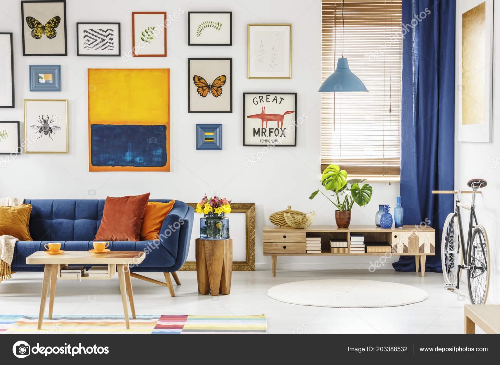Fiori sgabello legno accanto divano piatto interno con galleria