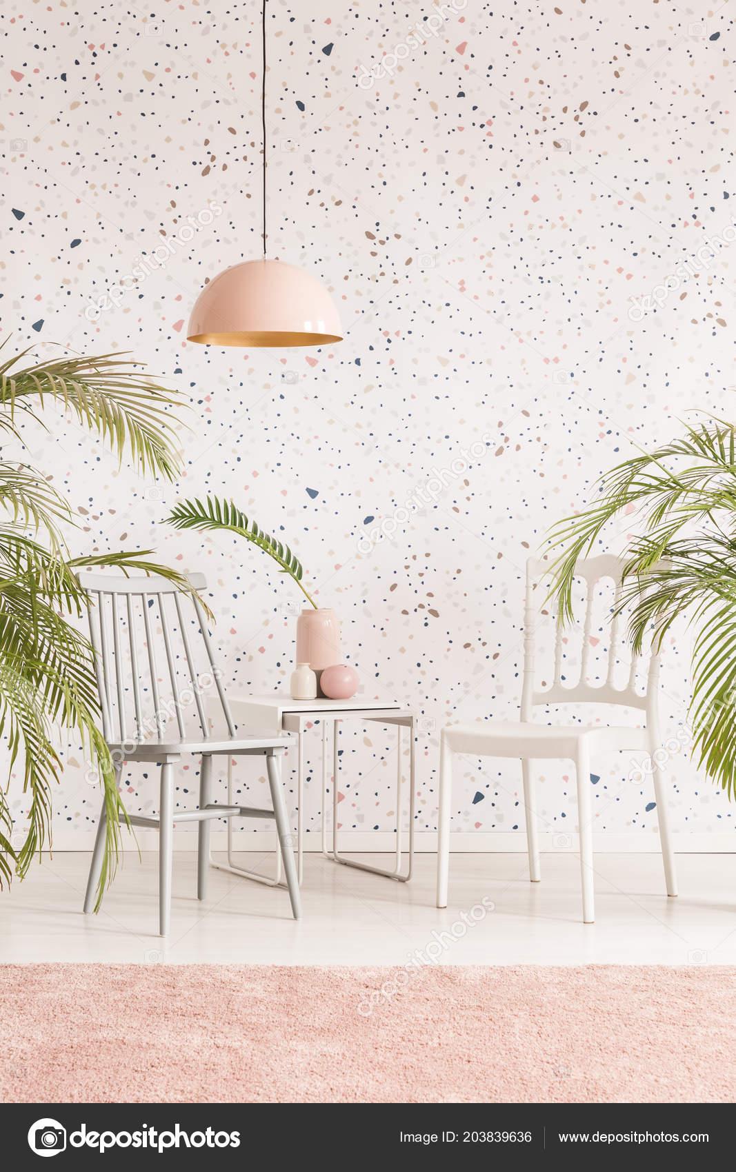 Rosa Lampe Über Tisch Und Stühle Wohnzimmer Interieur Mit ...