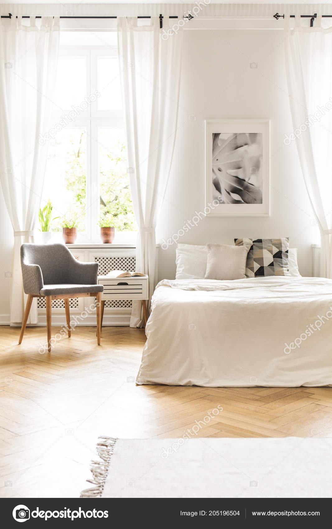 Fauteuil Gris Fenêtre Avec Rideaux Intérieur Chambre Coucher Blanche ...