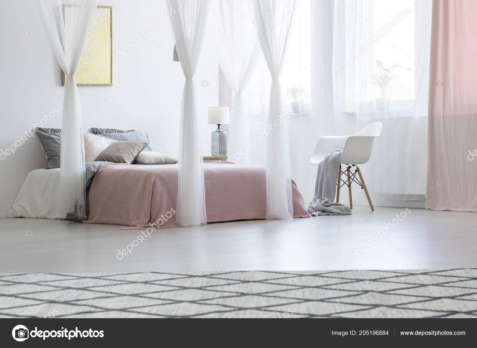 Fauteuil Blanc Côté Lit Baldaquin Dans Intérieur Chambre Pastel Rose ...
