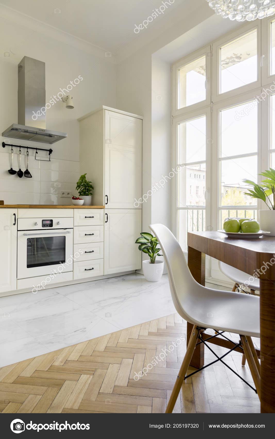 Houten Tafel Met Witte Stoelen.Witte Stoel Houten Eettafel Eenvoudige Keuken Interieur Met