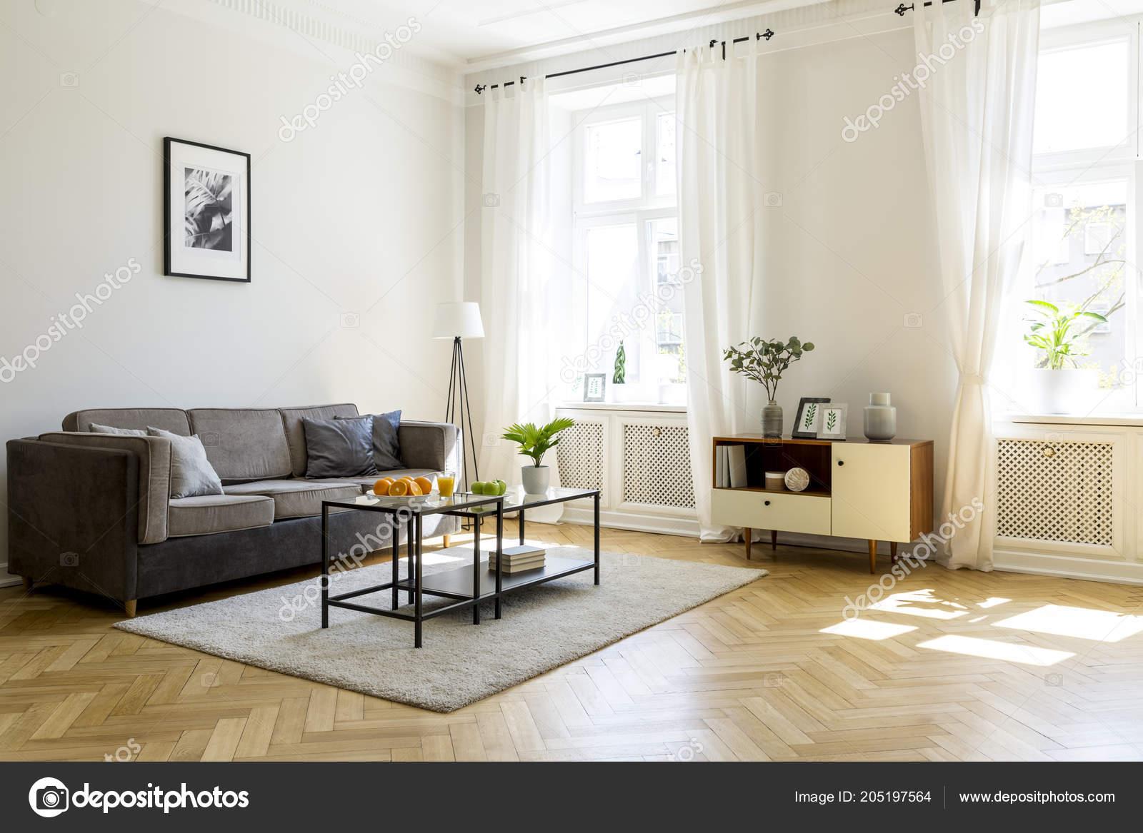 Schwarzen Tisch Auf Teppich Wohnzimmer Interieur Mit Poster ...