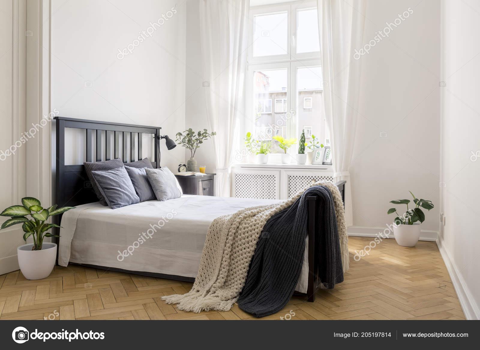 вязать одеяло кровати минимальной белая спальня интерьер растениями