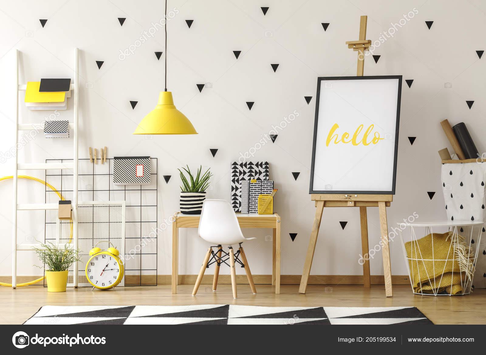 Weißer Stuhl Schreibtisch Neben Staffelei Mit Poster Geometrischen