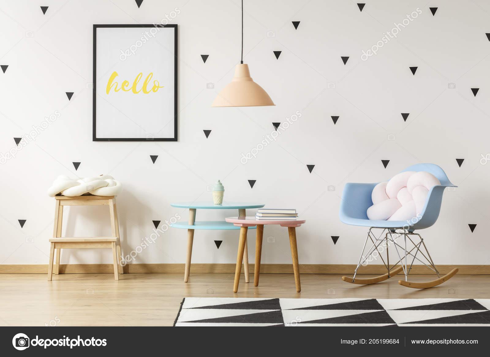 37dc62204ac Μαξιλάρι Λευκό Κόμπο Μπλε Λικνίζοντας Καρέκλα Στο Scandi Παιδικό Δωμάτιο — Φωτογραφία  Αρχείου