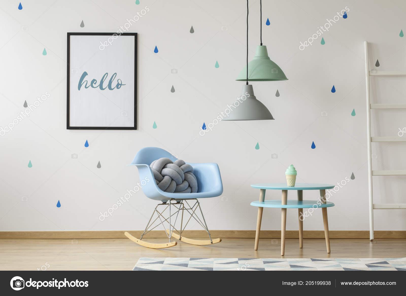 Coussin Gris Noeud Sur Un Permanent Bleu Chaise Berçante Dans Un Intérieur  De Chambre Enfant Blanc Avec Des Gouttes De Pluie Bleu Papier Peint Sur Le  Mur.