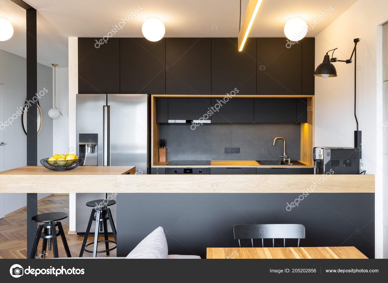 Industriele Lamp Keuken : Zwarte houten meubilair een industriële lamp boven een