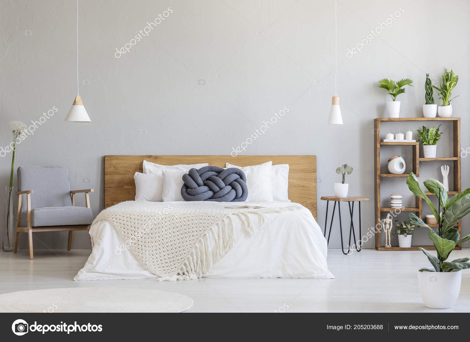 Blauwe knoop kussen houten bed moderne slaapkamer interieur met