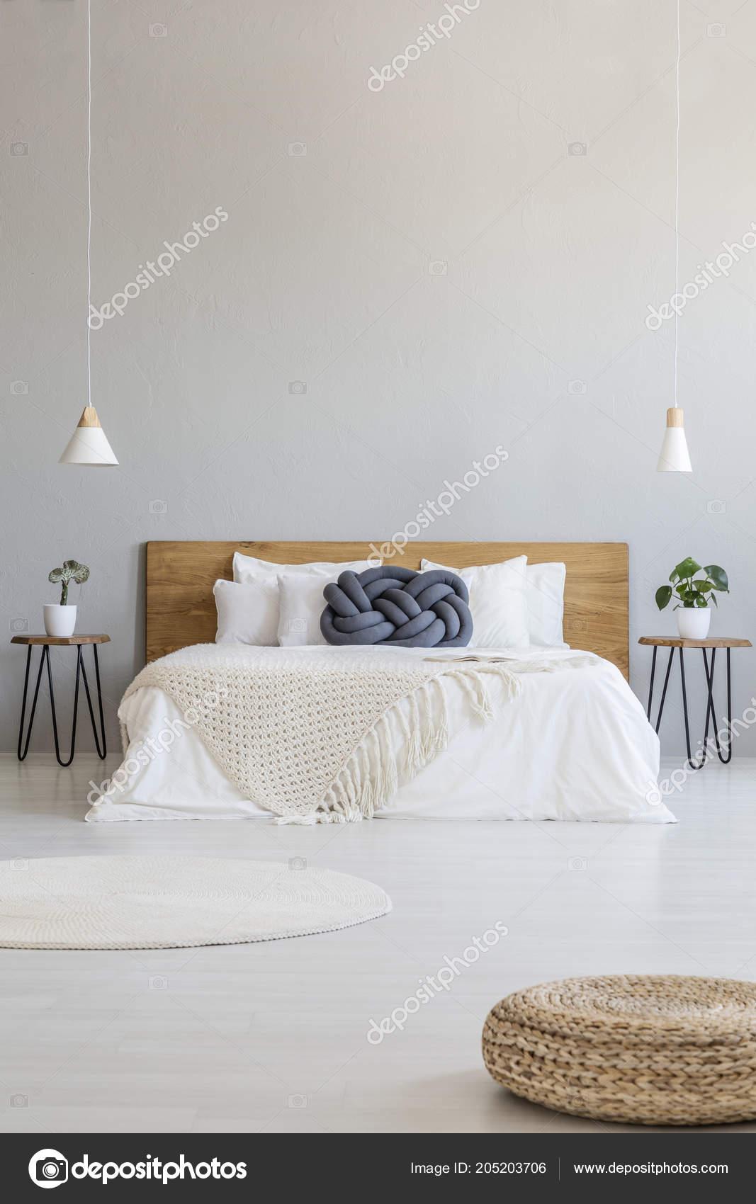 Pufę Przestronna Sypialnia Szary Wnętrze Lampy Wiszące łóżko