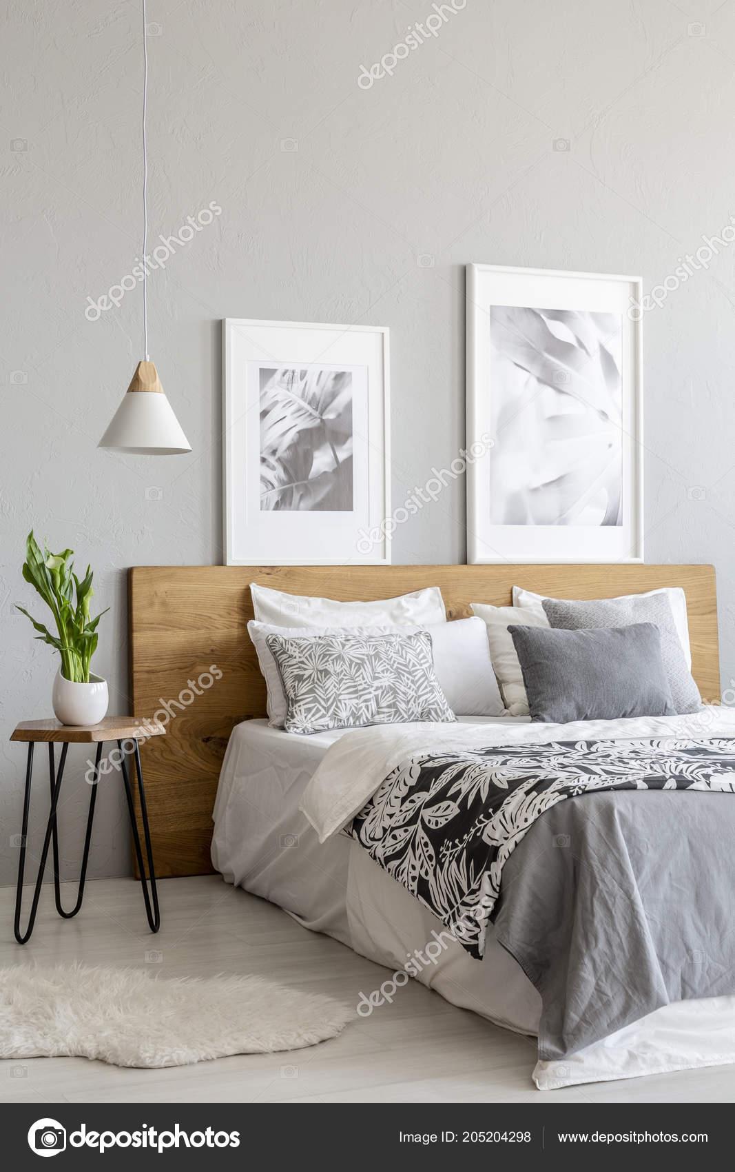 Anlage Auf Tisch Nachstes Holzbett Innen Grau Schlafzimmer Mit Lampe