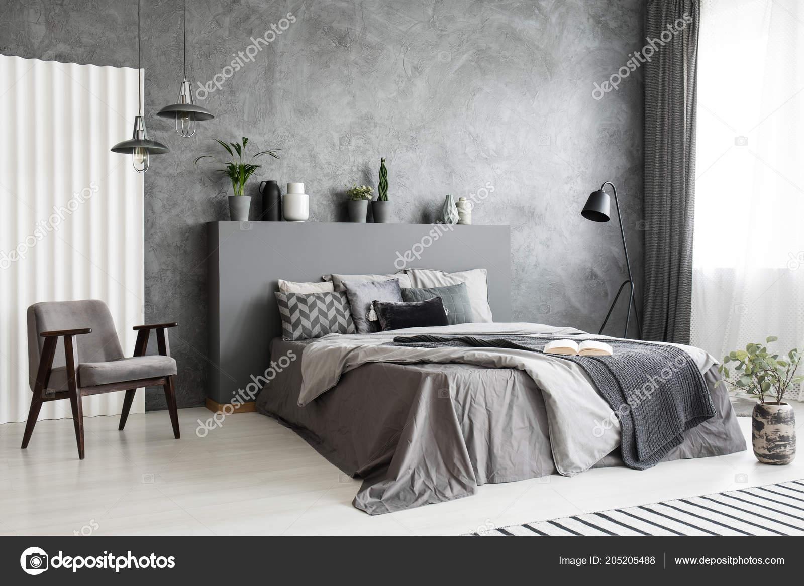 Moderne Grau Schlafzimmer Innenraum Mit Großem Bett Mit Kissen Und ...