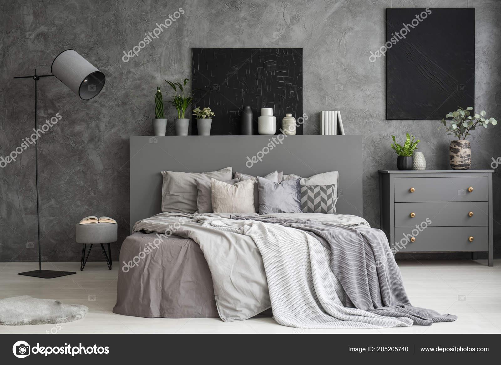 Ciemny Szary Wnętrza Sypialni Dwa Czarne Obrazy ścianie Nad