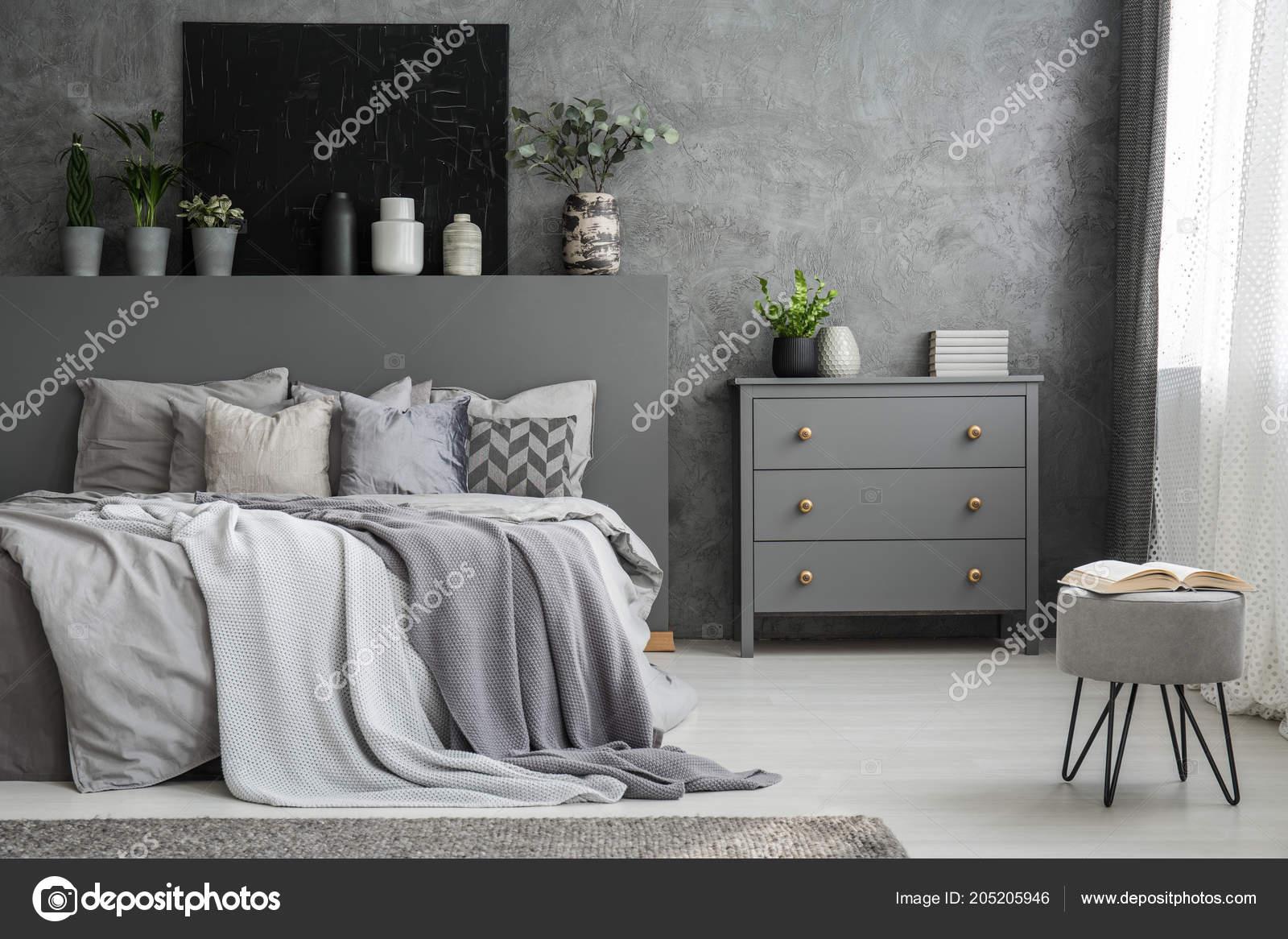 Monochromatyczny Sypialnia Szary Wnętrze Duże łóżko Narzuty