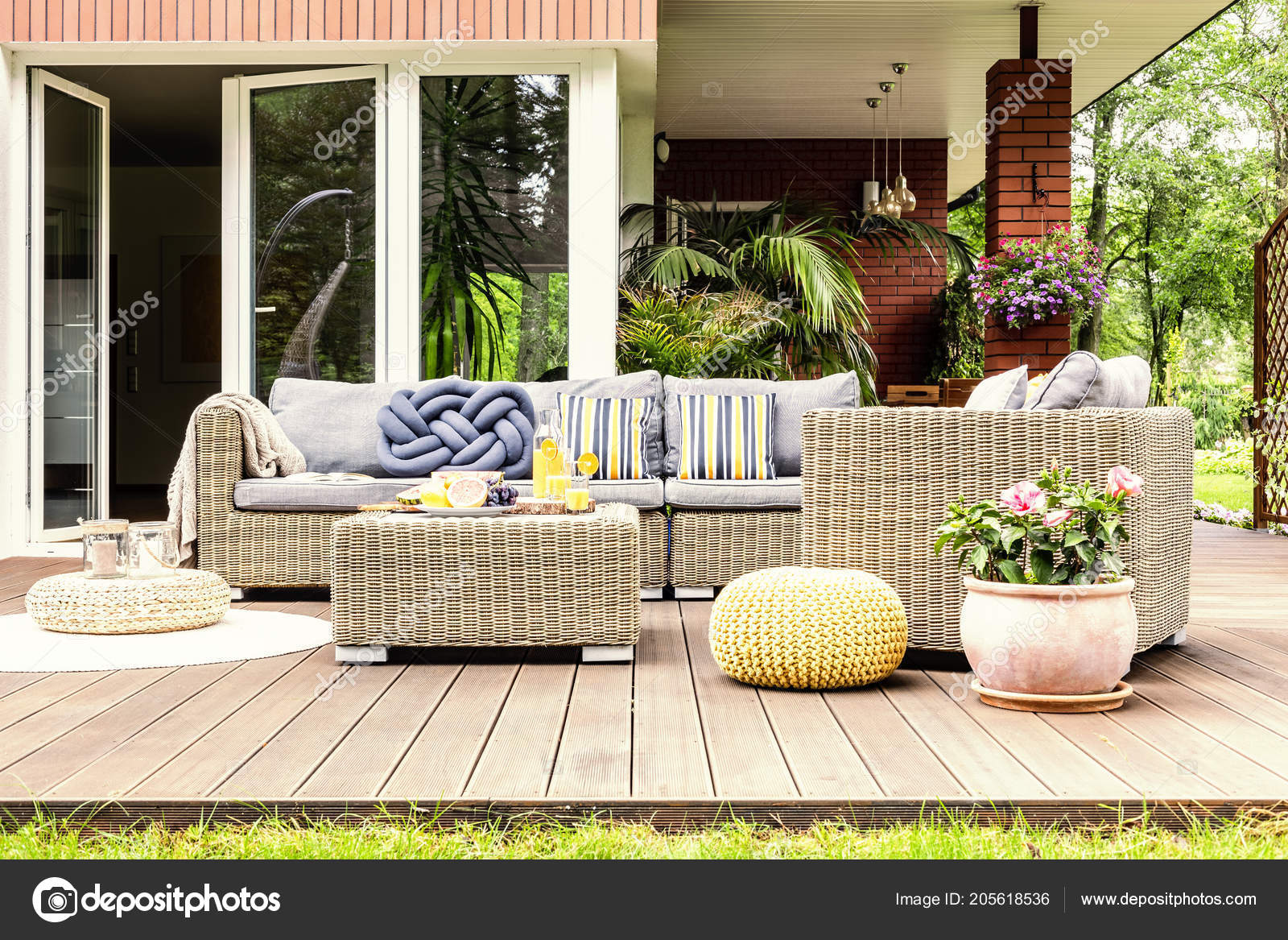 Table Jardin Avec Fruits Jus Orange Tenant Debout Sur Une