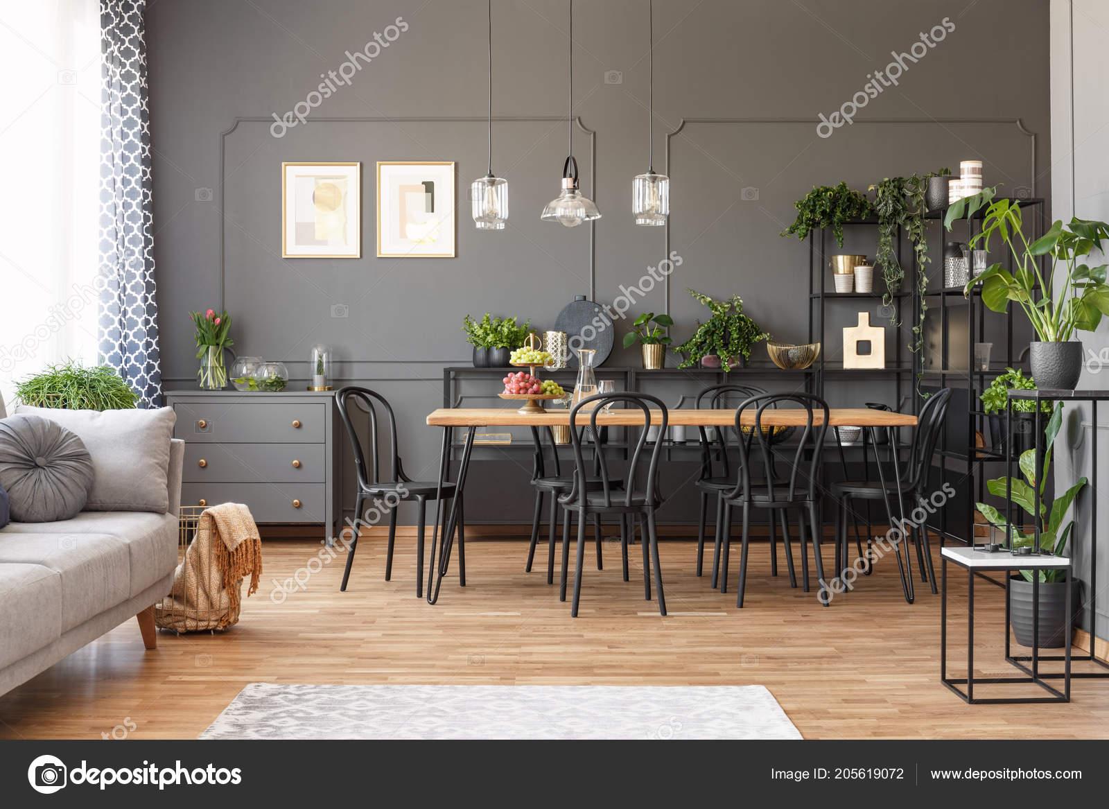 Sedie Per Tavolo Legno Scuro.Appartamento Interno Spazio All Aperto Con Sedie Nere Tavolo