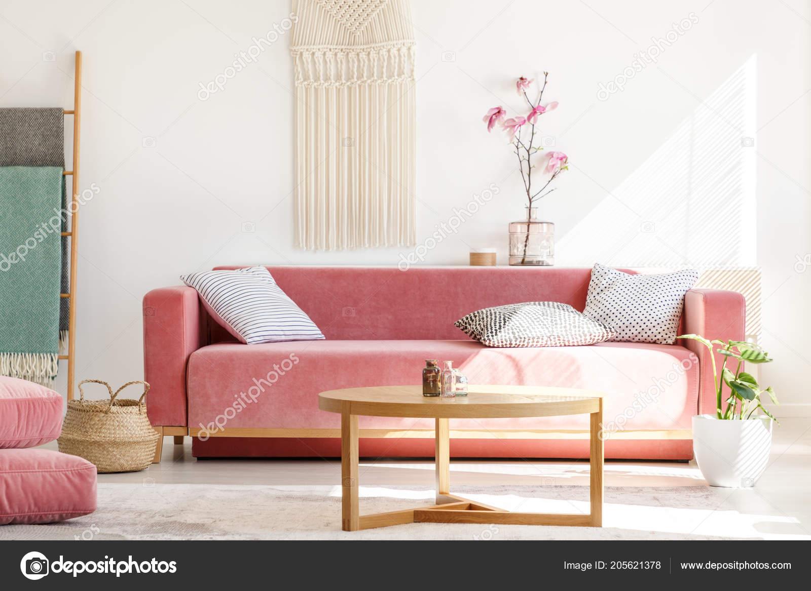 Innenarchitektur Sofa Pastell Beste Wahl Holztisch Vor Roten Wohnzimmer Interieur Mit Blumen