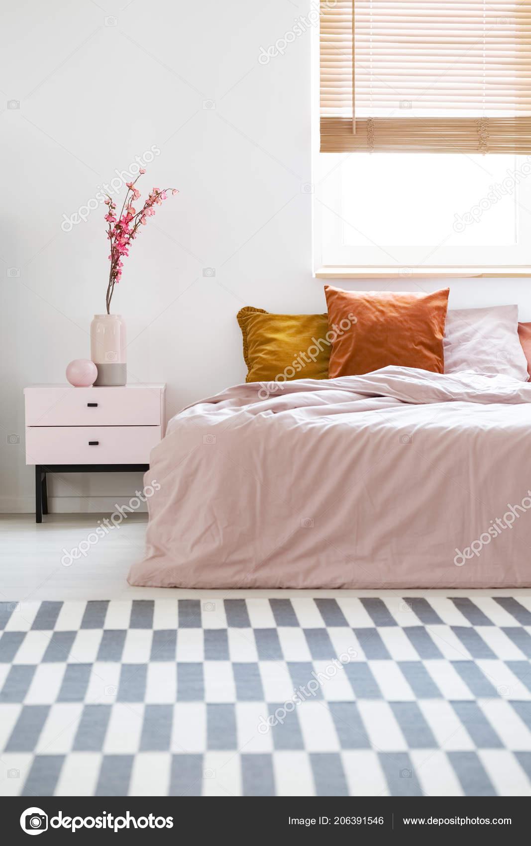 Lit Avec Des Draps Roses Coussins Orange Permanent Intérieur Chambre ...