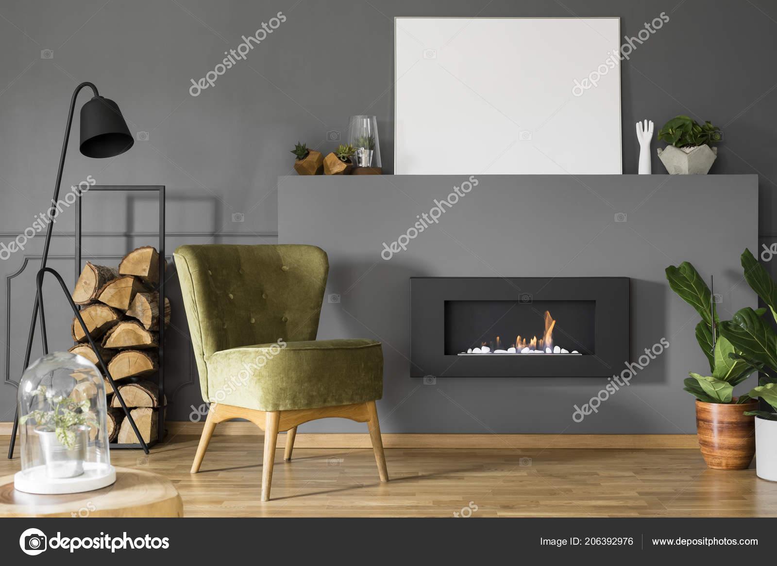 Echtes Foto Von Einem Grunen Sessel Neben Einen Schwarzen Lampe