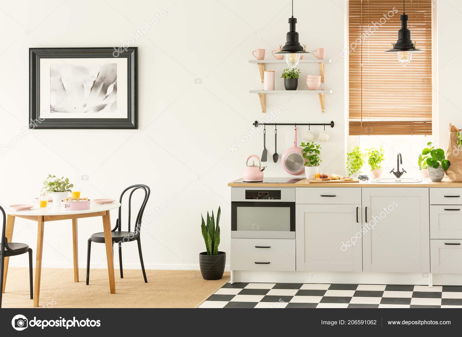 Industriele Lamp Keuken : Industriële lampen zwarte stoelen een witte keuken interieur