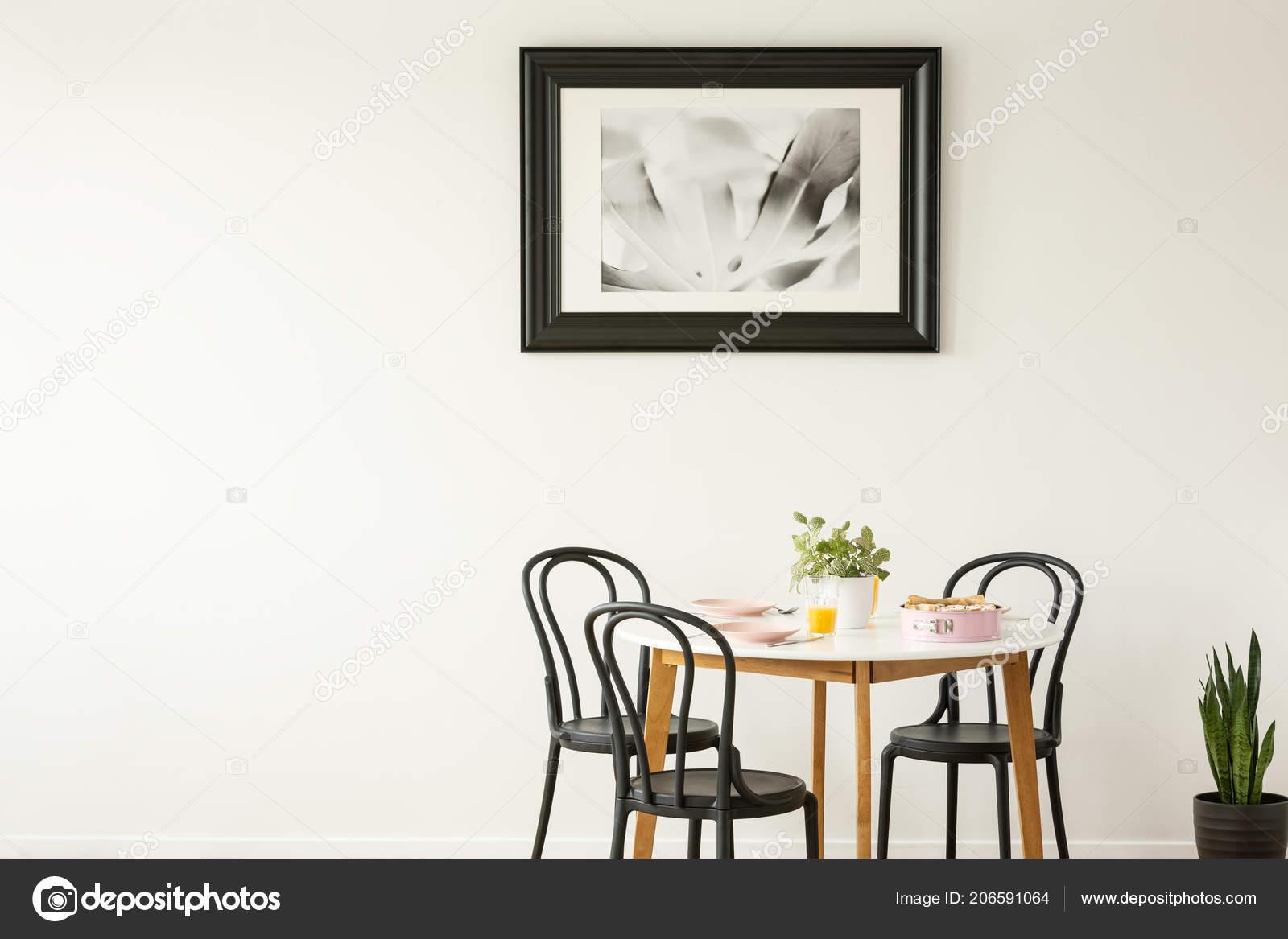 Foto Di Una Tavola Imbandita.Foto Reale Una Tavola Imbandita Pranzo Con Sedie Nere Pittura Foto