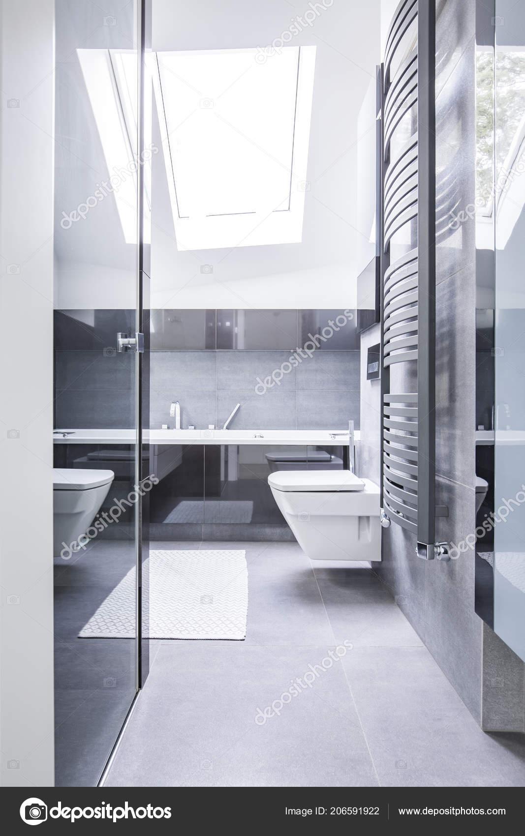 Schwarz Weiß Badezimmer Interieur Mit Reflektierenden Fliesen ...