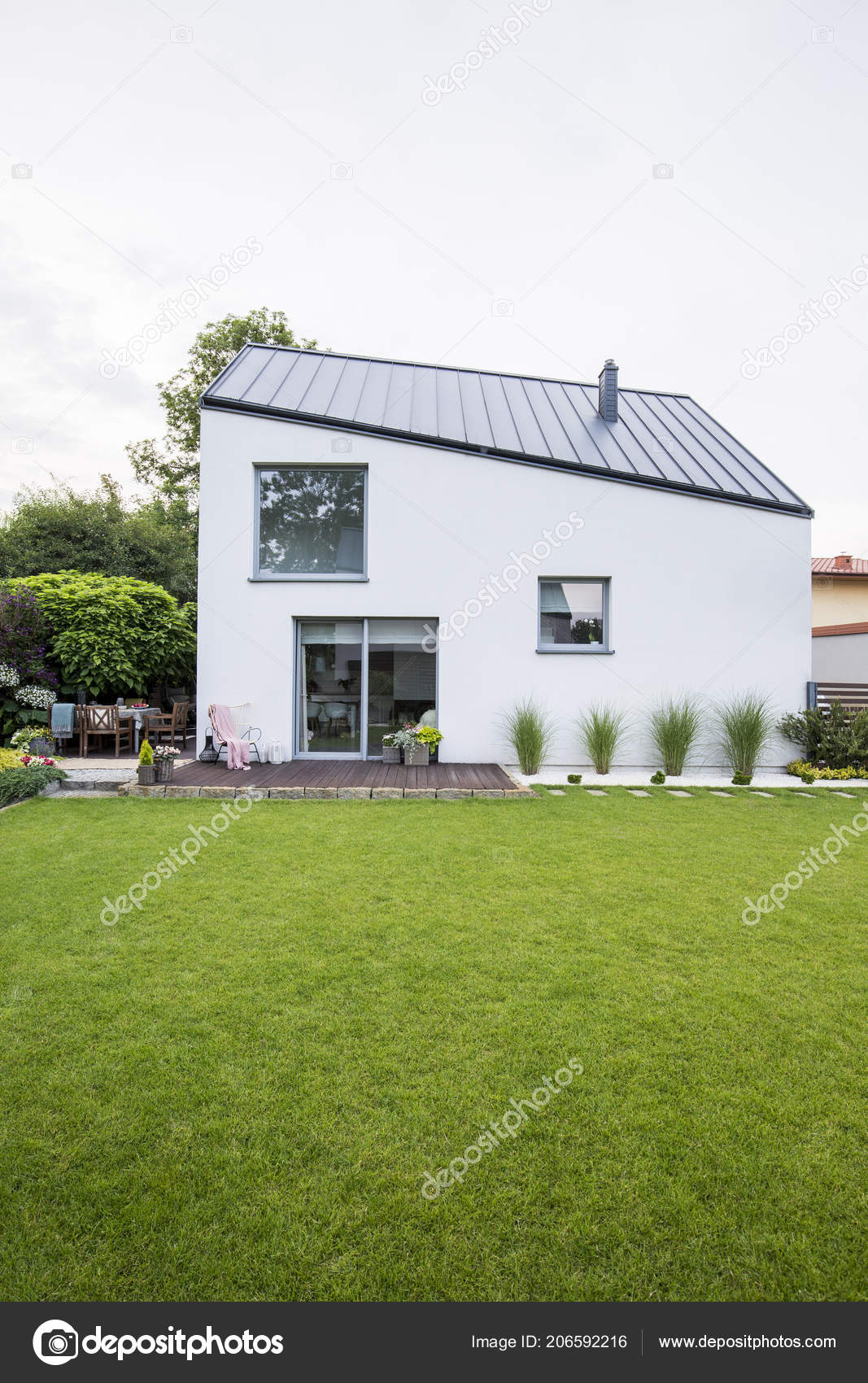 Maison Habitation Moderne Avec Blanc Des Murs Toit Noir ...