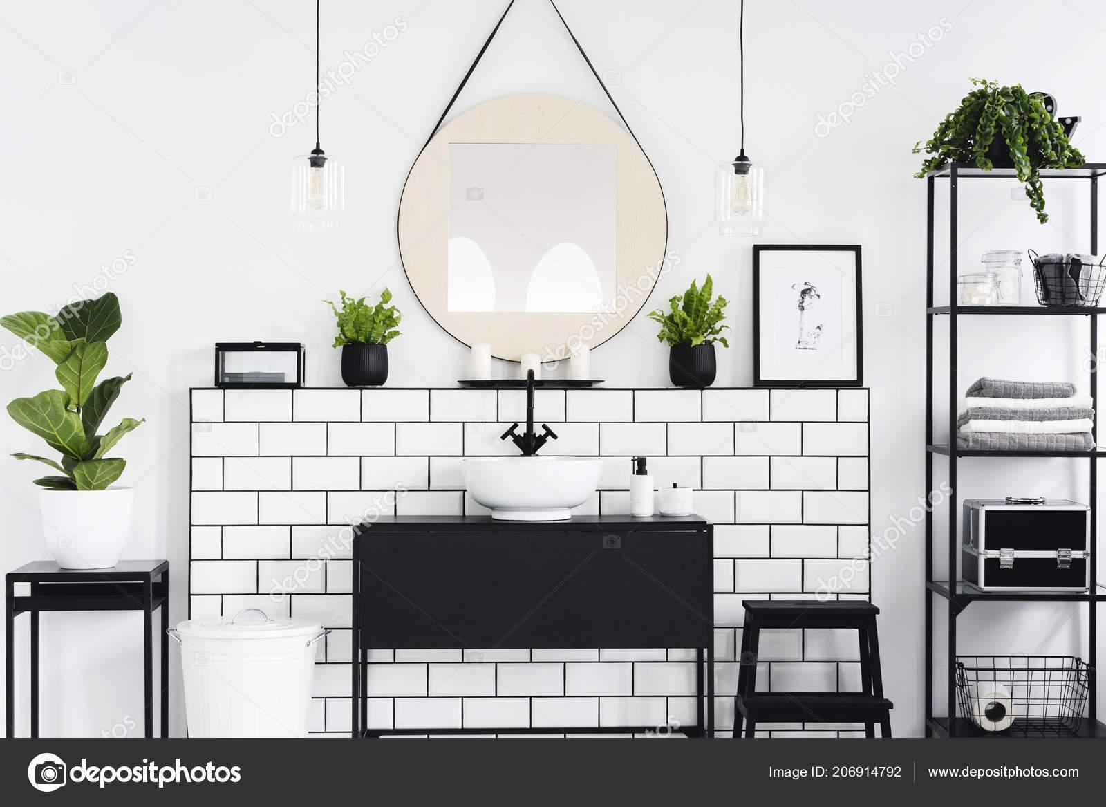 Espejo Cartel Sobre Lavabo Negro Interior Cuarto Baño Con Plantas ...
