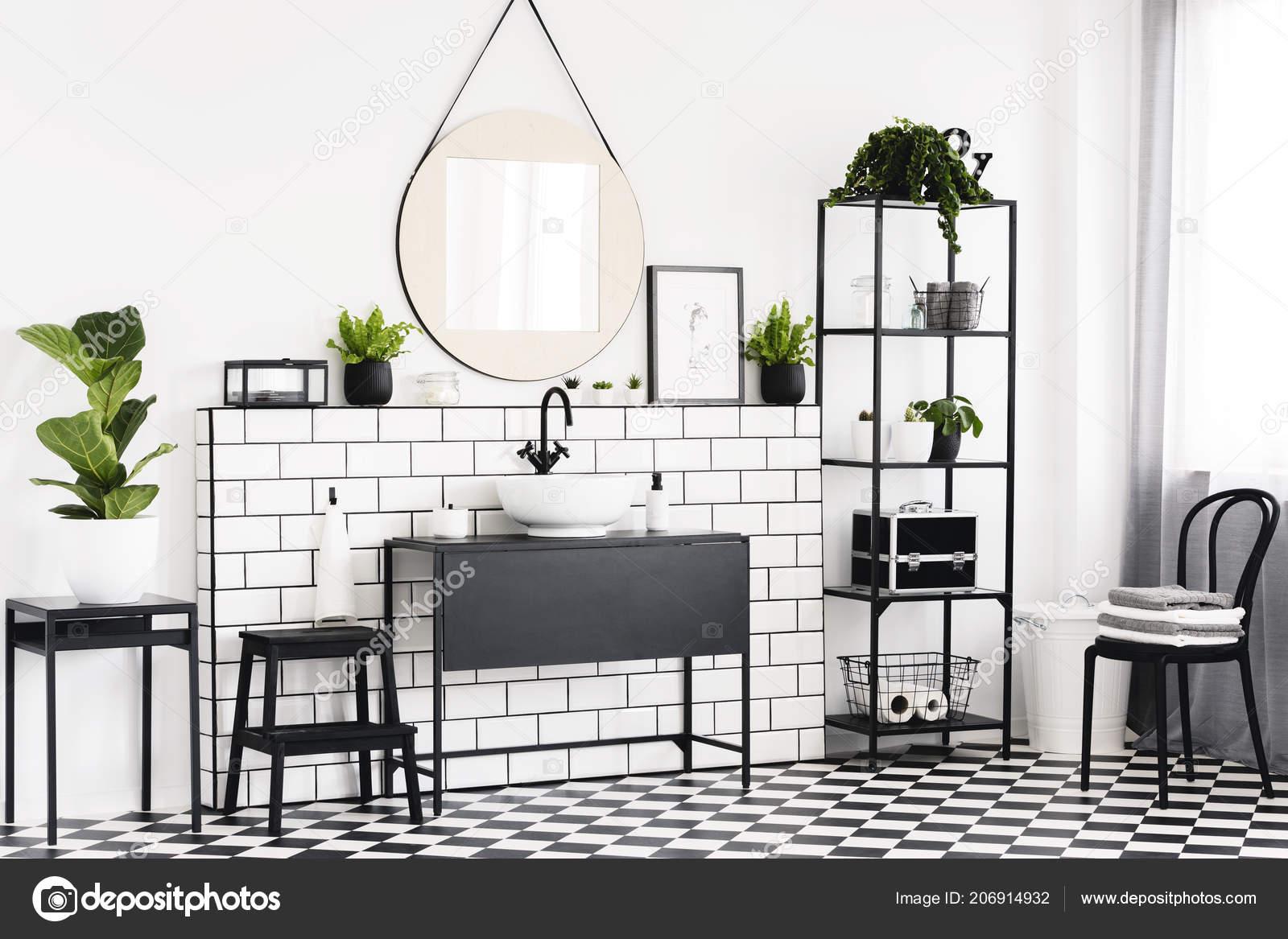 Witte Tafel Zwarte Stoelen.Plant Tafel Zwarte Stoel Witte Badkamer Interieur Met