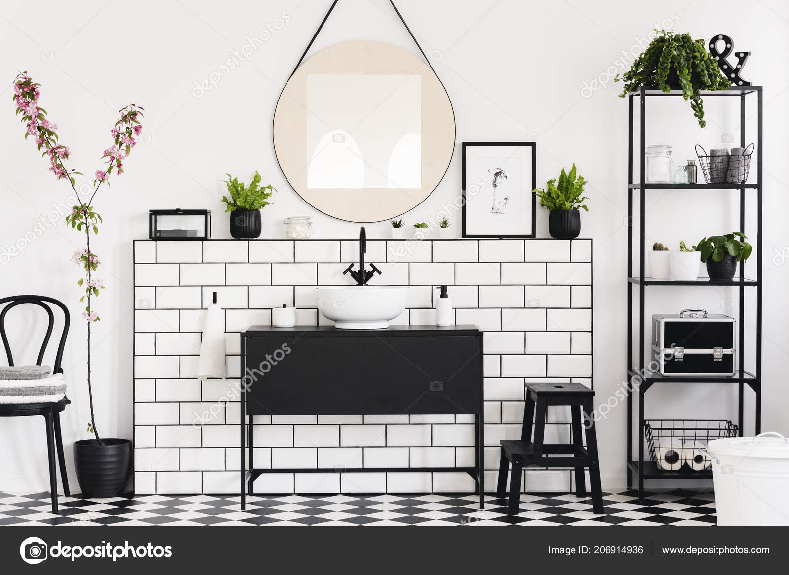 Spiegel boven zwart wastafel witte badkamer interieur met stoel