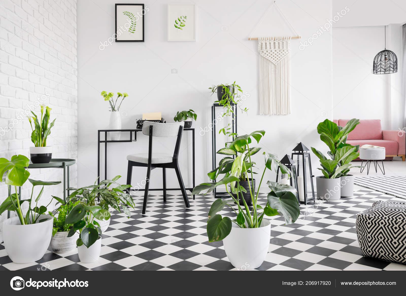 Planten geblokte vloer woonkamer interieur met posters boven