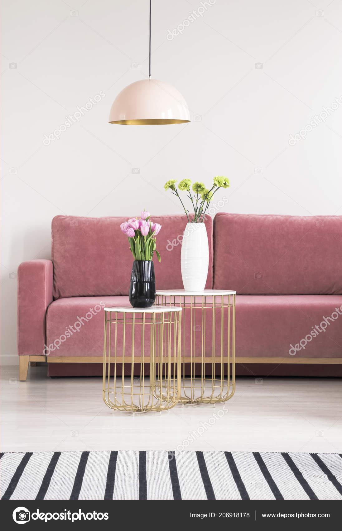 Goldene Kleine Tische Mit Blumen Rosa Couch Und Kronleuchter ...