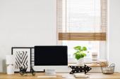 Fényképek A minimalista, fehér munkaterület belső egy ablak egyszerű dekoráció fából készült íróasztallal és egy modern számítógépes közelről