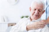 Fotografia Primo piano del senior uomo che tocca la mano di badante gentile
