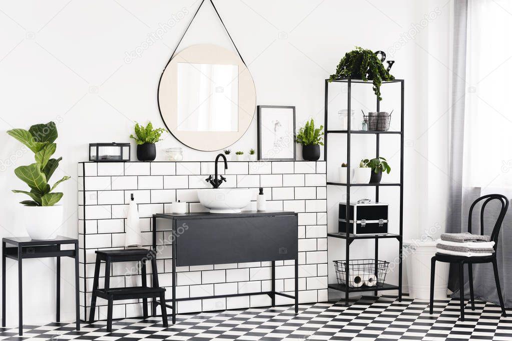Witte Tafel Zwarte Stoelen.Plant Tafel Zwarte Stoel Witte Badkamer Interieur Met Spiegel Boven
