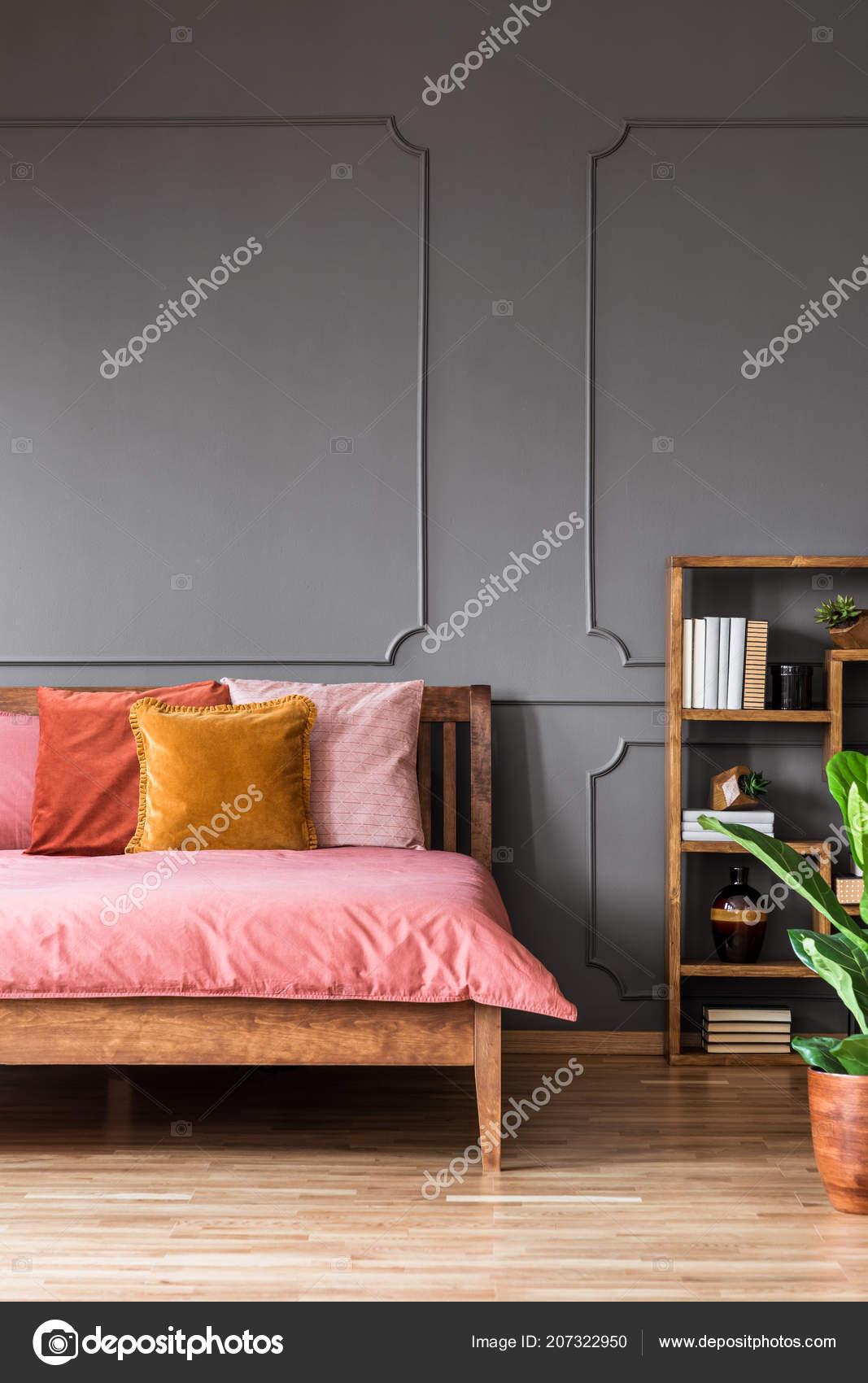 Coussin Jaune Orange Sur Lit Rose Intérieur Moderne Chambre ...