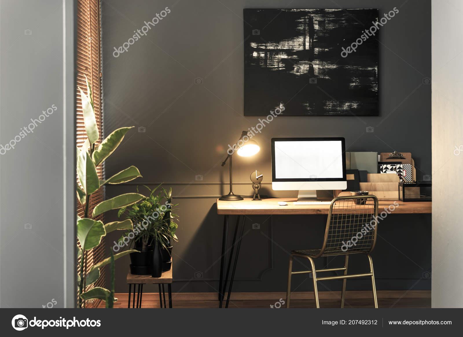 Debout chaise bureau bois avec lampe carnets maquette informatique