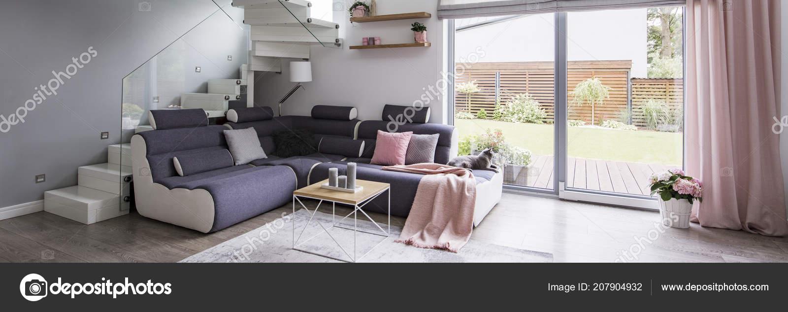 Lounge Ecke Mit Kissen Und Tisch Mit Kerzen Echtes Foto Stockfoto