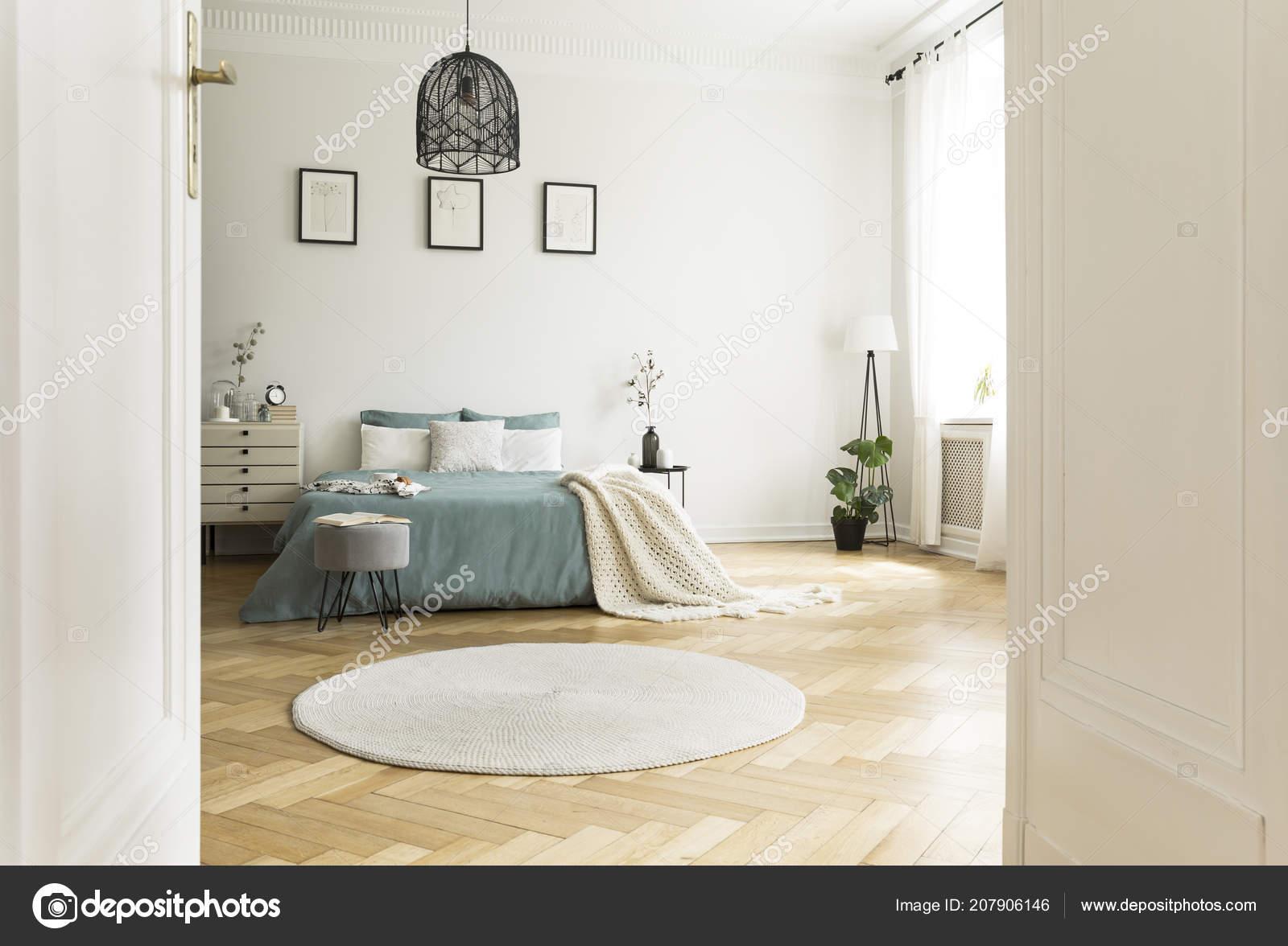 Weiße Runde Teppich Schlafzimmer Innenraum Mit Grünen Bett Unter ...