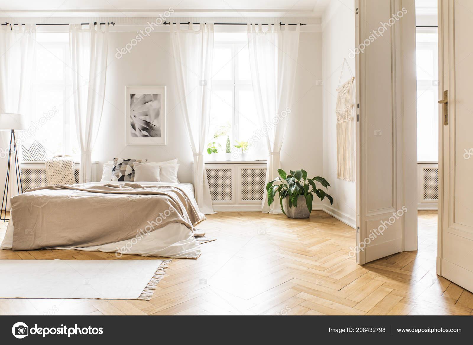 Decorazioni Luminose Per Interni : Interno camera letto spaziose luminose con decorazioni beige