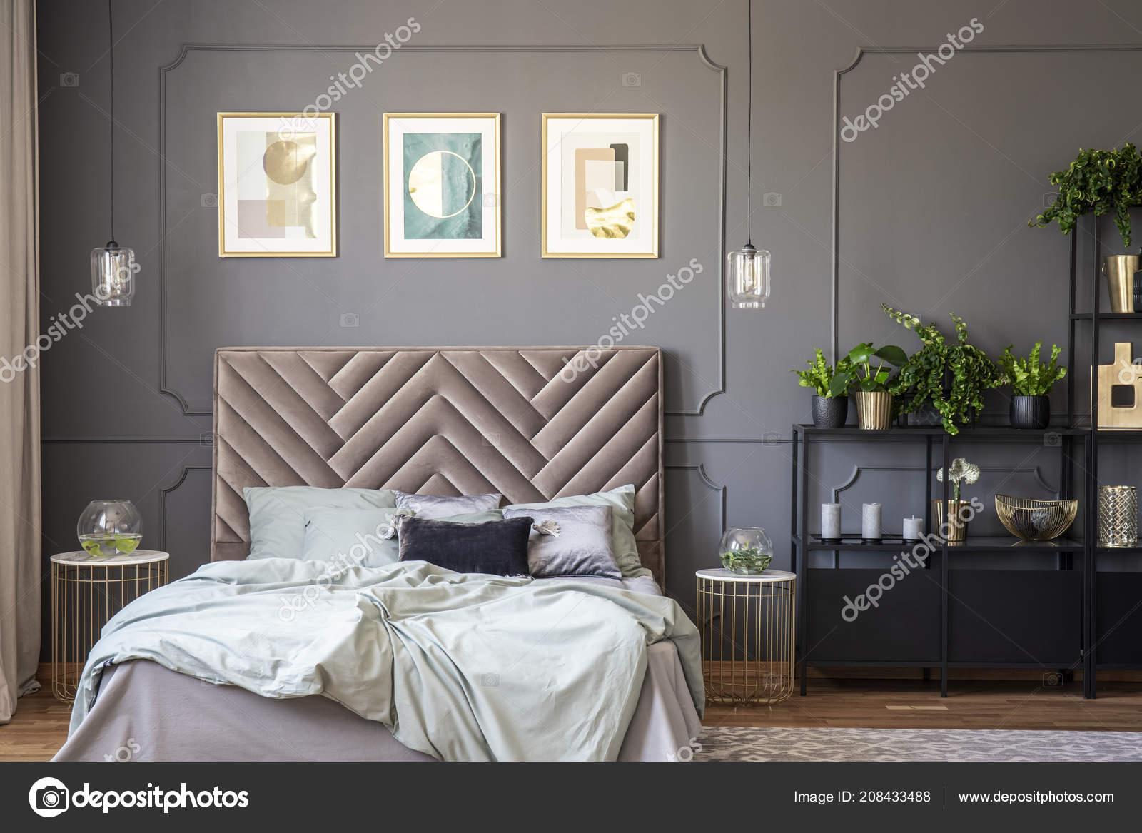 Camera Da Letto Con Boiserie : Interno camera letto grigio scuro con boiserie sul muro letto u2014 foto