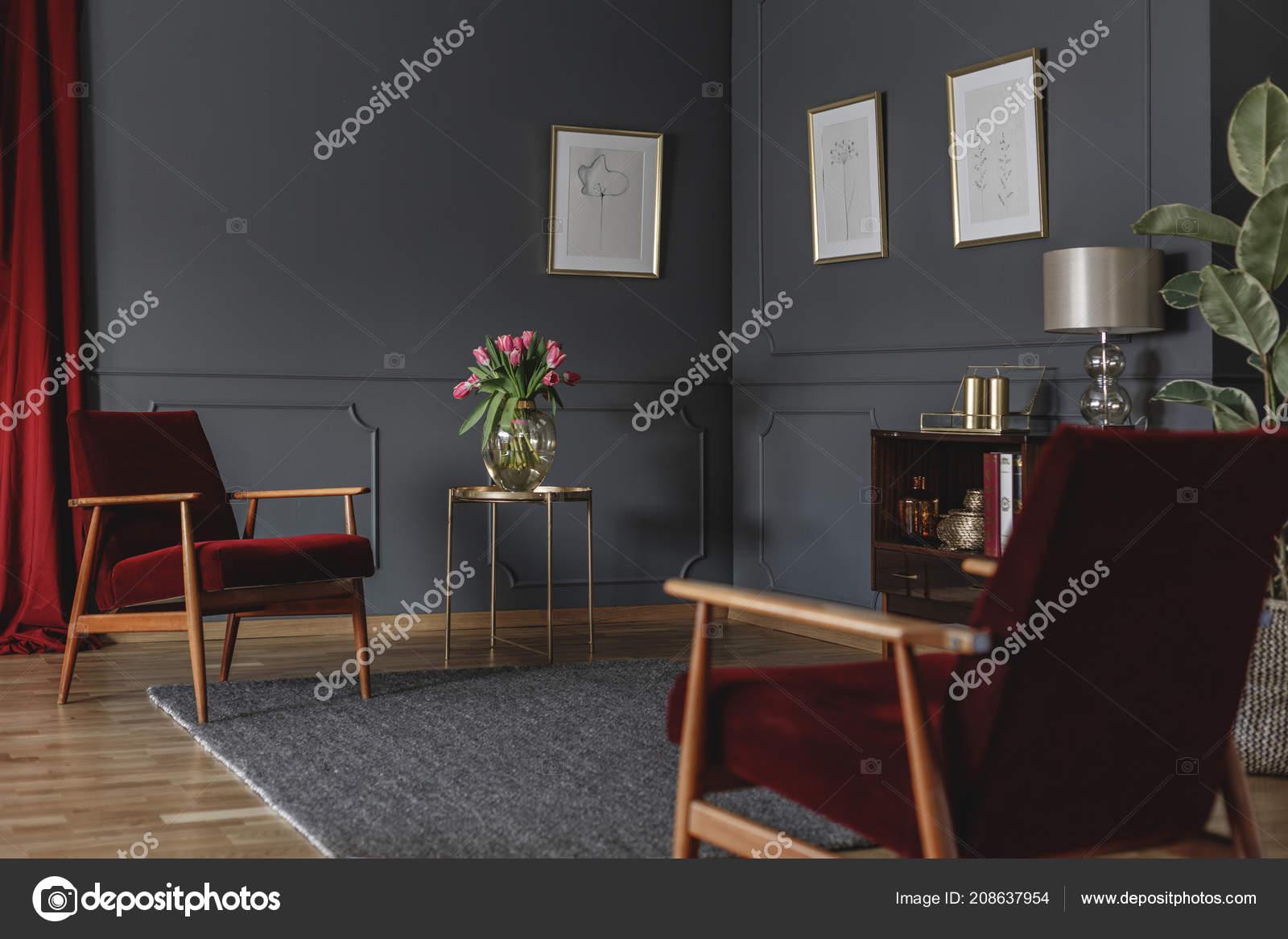 Intérieur Spacieux Salon Avec Fauteuils Rouges Tulipes Roses ...